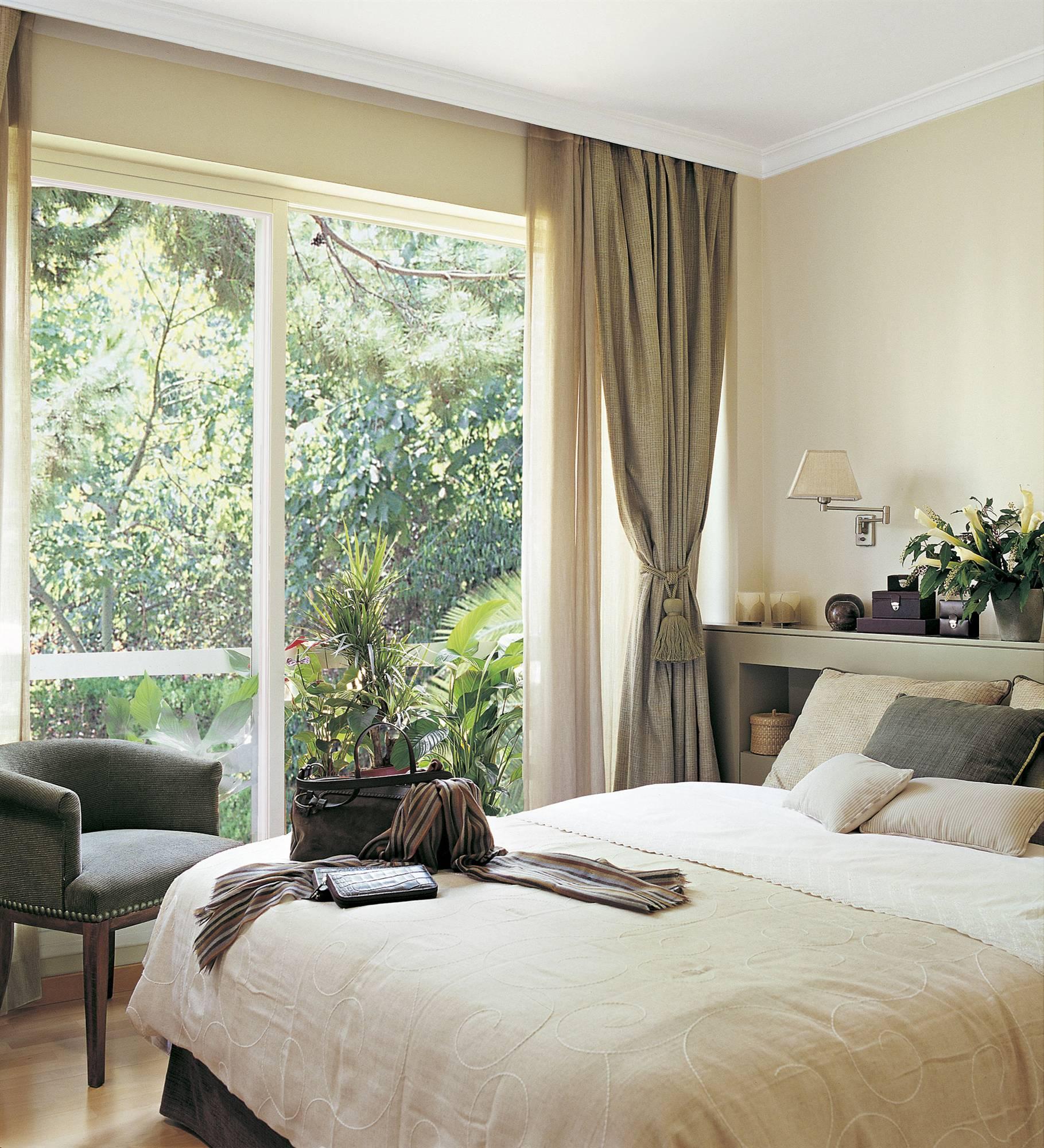 Dise o de dormitorios con grandes ventanales decoracion - Cortinas negras decoracion ...